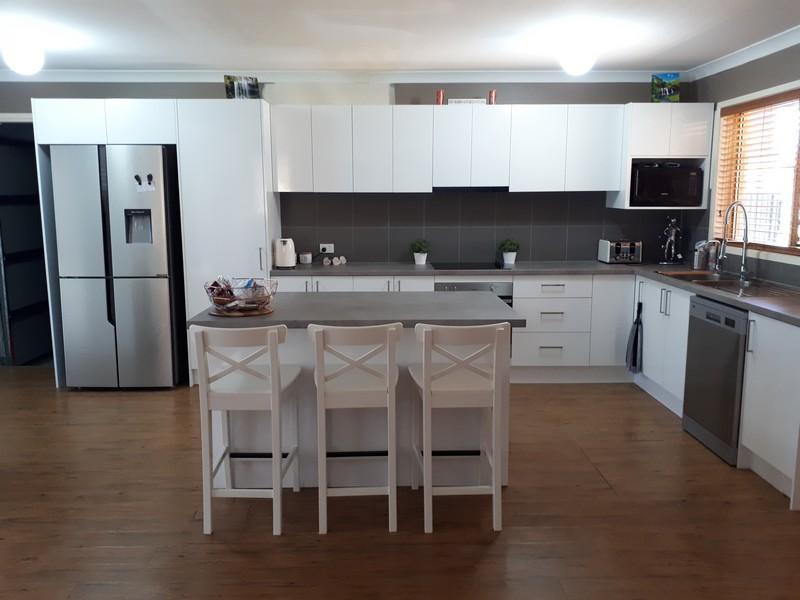 White Gloss Cabinetry / EGGER Benchtop Light Concrete